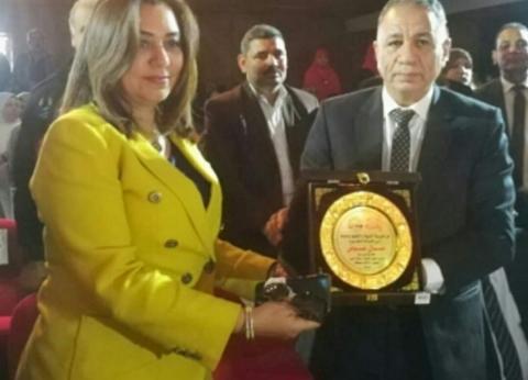 """""""سويلم"""" يهدي محافظ دمياط درع مديرية التربية والتعليم"""