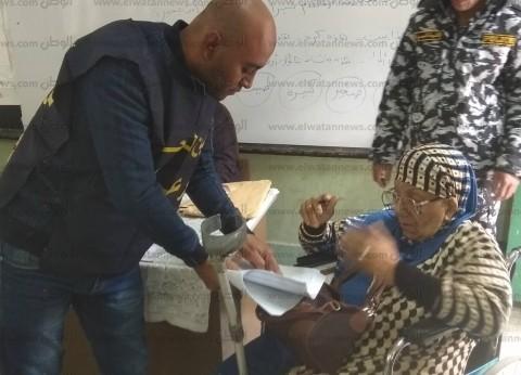 مسنة تدلي بصوتها في الإسكندرية.. والقوات المسلحة تنقلها بكرسي متحرك
