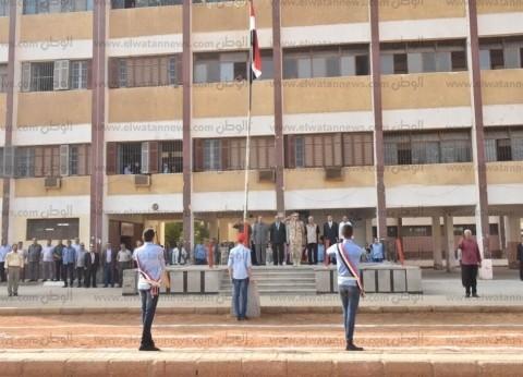 بالصور| محافظ أسيوط في جولة بمدرسة ناصر العسكرية ويكرم الأول بالثانوية
