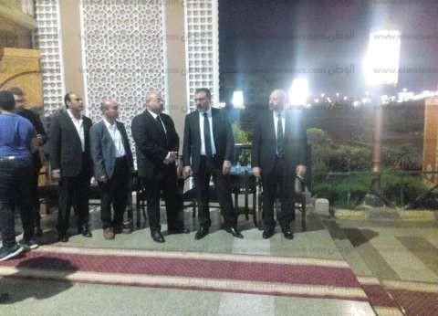 عمرو الليثي يتلقى العزاء في سمير التوني رئيس قطاع الأخبار الأسبق
