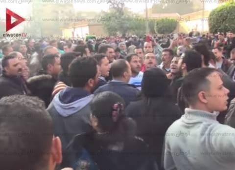 بالفيديو| متظاهرون ينشدون ترانيم أمام الكنيسة البطرسية