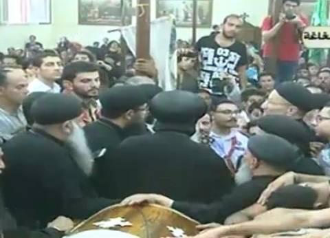 بالفيديو| كلمة الأنبا أغاثون في صلاة الجنازة على شهيدين بهجوم المنيا