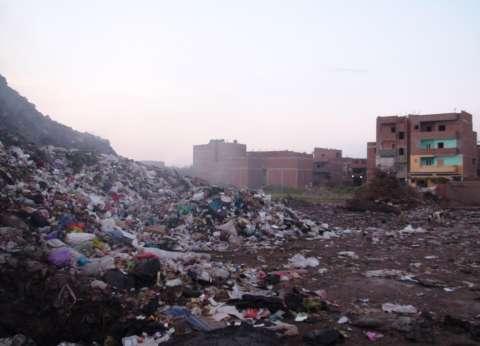 """عامل نظافة يجمع """"مقتنيات متنوعة"""" من القمامة"""
