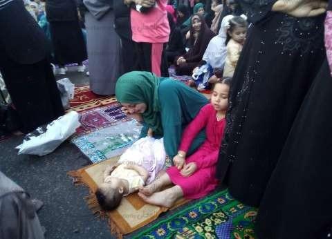 صور  ساحة محكمة الدخيلة بالإسكندرية تكتظ بالمحتفلين بعيد الفطر