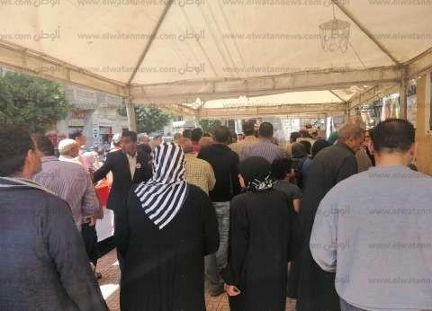 """زحام أمام مدرسة في مصر الجديدة.. ومواطن: """"جاي مخصوص وسايب شغلي"""""""