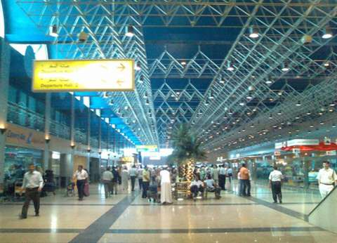 """""""الهلال الأحمر"""" يقدم الدعم النفسي لأسر ركاب الطائرة المفقودة بمطار القاهرة"""