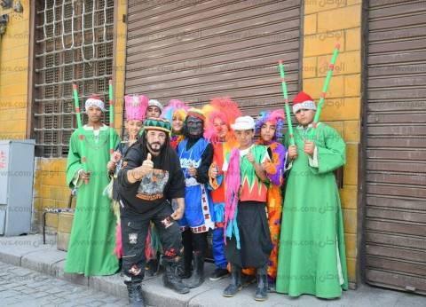 """""""غوريلا وبلياتشو"""" أمام لجان شارع المعز: """"عشان الصغير والكبير يتبسط"""""""
