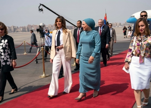 بالفيديو| انتصار السيسي تستقبل ميلانيا ترامب في مطار القاهرة
