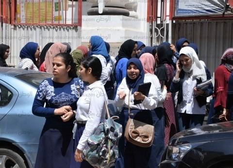 طلاب الصف الأول الثانوي يؤدون امتحان مادة الأحياء بالمنصورة