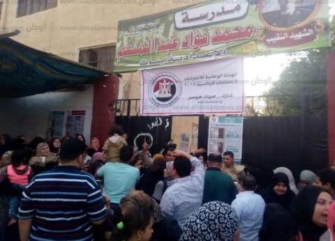 تجار المرج يحتفلون أمام المقار الانتخابية بالأعلام والأغاني الوطنية