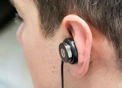 """مليار شخص يواجهون خطر فقدان السمع بسبب """"سماعات الأذن"""""""