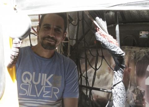 سائق «توك توك» يتبرأ من صورة محمد رمضان: لا «نمبر وان» ولا أنا بحبه أصلاً