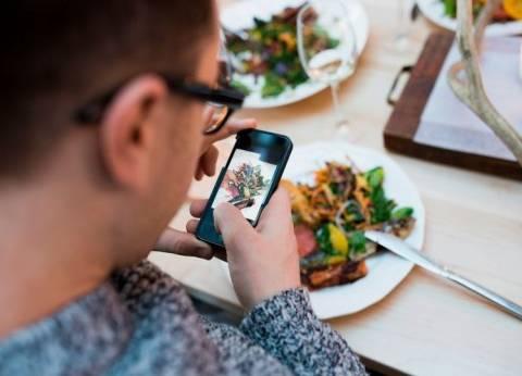 """حتى مع """"الدايت"""".. استعمال الهاتف المحمول أثناء تناول الطعام يزيد الوزن"""