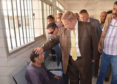 محافظ الإسماعيلية للمرضى أثناء تفقده مستشفى القنطرة: «أنا جاي علشانكم»