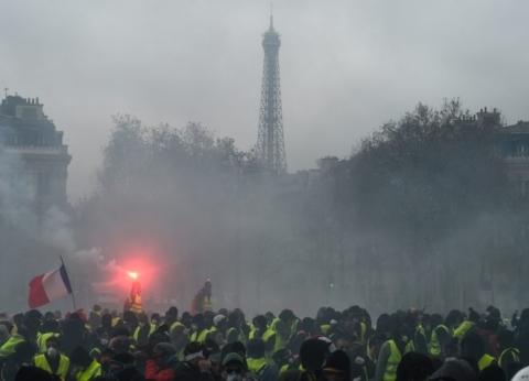 عاجل  الشرطة الفرنسية تغلق أعلى شارع الشانزليزيه بشكل تام