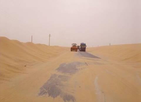 وزارة النقل تبدأ في إزالة 800 ألف متر مكعب رمال من طرق الوادي