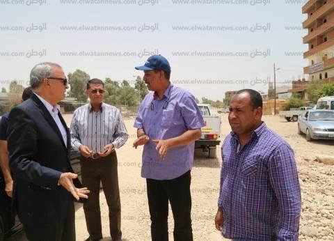"""""""الهجان"""" يتابع أعمال الرصف بشوارع مدينة قنا"""