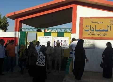 عشرات الناخبات يتجمعن أمام مدرسة السادات بمطروح قبل فتح اللجان بساعة