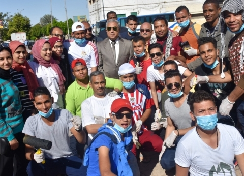 محافظ أسوان يشارك مجموعات شبابية في تجميل ميدان المحطة