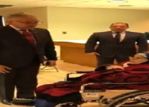 بالفيديو| السفير المصري بأمريكا يساعد مٌسنة في الإدلاء بصوتها