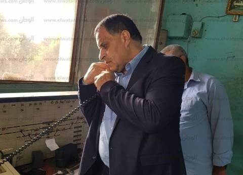 """في جولة مفاجئة.. رئيس """"السكة الحديد"""" يوقف مسؤولين عن العمل بـ""""سندنهور"""""""