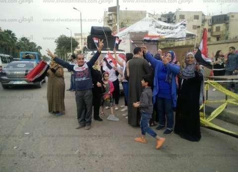 رقص وغناء أمام لجان الهرم في اليوم الثاني للانتخابات