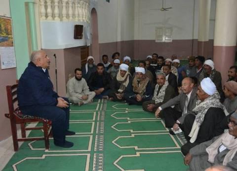 محافظ الوادي الجديد يستمع لشكاوى المواطنين بأحد مساجد الفرافرة