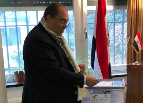 محمود محيي الدين يدلي بصوته في انتخابات الرئاسة بسويسرا