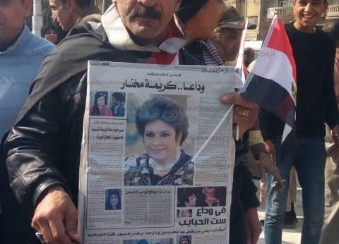 لافتات مودعة للفنانة كريمة مختار أمام مسجد عمرو بن العاص