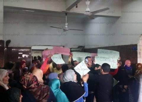 """عمال """"تغذية المدارس"""" في المنوفية يهددون بالإضراب عن الطعام بصحبة أسرهم"""