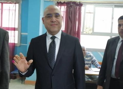وزير الإسكان يدلي بصوته في الاستفتاء على التعديلات الدستورية