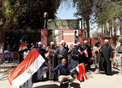 بالصور| أزهريون في الاستفتاء.. المقاطع لا يريد الخير لمصر