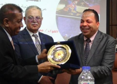السفير الإندونيسي يهدي درعا للقائم بأعمال رئيس جامعة المنيا