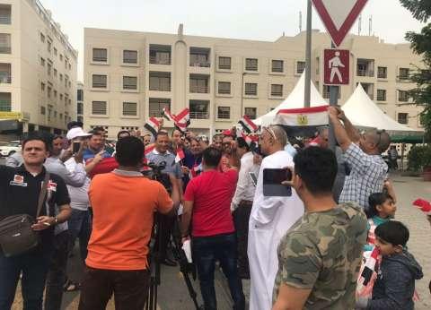 بالصور| مئات المصريين يحتشدون أمام السفارة في دبي للإدلاء بأصواتهم