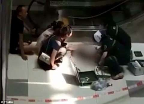 بالصور| مصرع طفلة تعلقت بسلم كهربائي بمركز تسوق