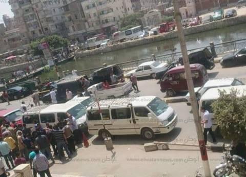 """تجمهر سائقي """"كفرالدوار"""" في البحيرة اعتراضا على غرق الشوارع بمياه الصرف الصحي"""