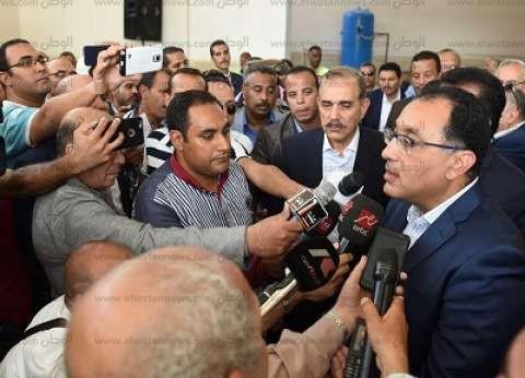 """""""مدبولي"""" يزور مدرسة ناصر في قنا.. ويستمع لشكاوى المواطنين ويكلف ببحثها"""