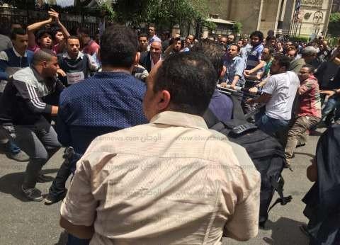 بالصور| مشادات بين الشرطة والصحفيين بمحيط النقابة لإزالة الكردون الأمني