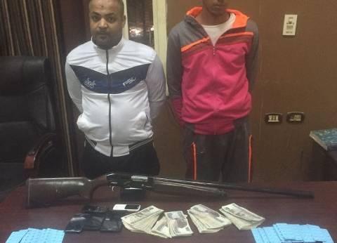 ضبط عاطلين بتهمة حيازة 10 آلاف قرص مخدر وسلاح ناري بالسيدة زينب
