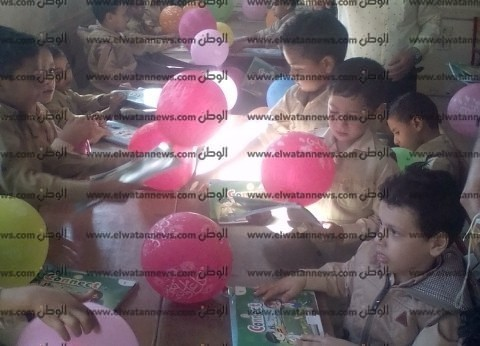 بالصور| مدرسة ميت الدببة بكفر الشيخ تستقبل طلابها بالبالونات والحلوى