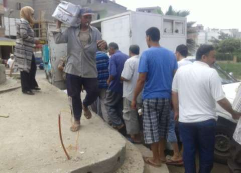 بالصور| القوات المسلحة توزع 200 كرتونة أغذية مدعمة بقرية الحوراني