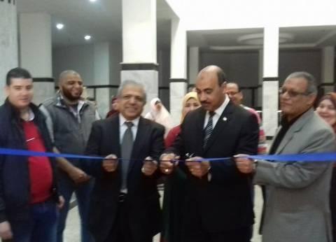 بالصور| افتتاح معرض للملابس والحقائب في جامعة الفيوم