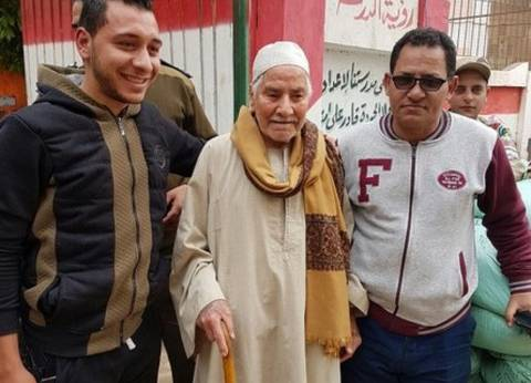 رجل عمره 97 عام يدلي بصوته في الدقهلية