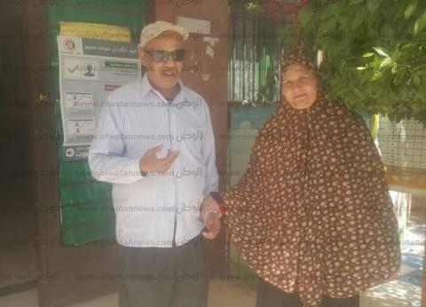 """زوجان كفيفان يصوتان بالدقي: """"أملنا في ربنا والسيسي كبير"""""""
