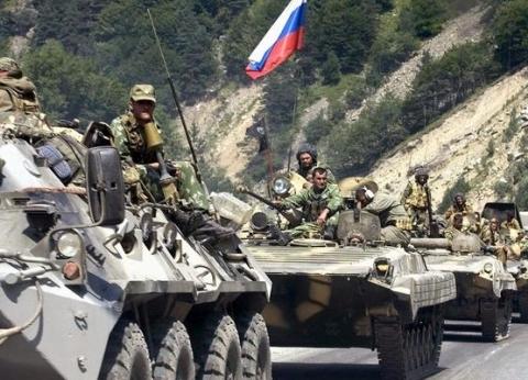 """روسيا تحشد قواتها.. ورئيس أوكرانيا """"قلق بشدة"""""""