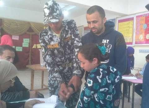 كفيف يدلي بصوته في الانتخابات الرئاسية بوسط العريش