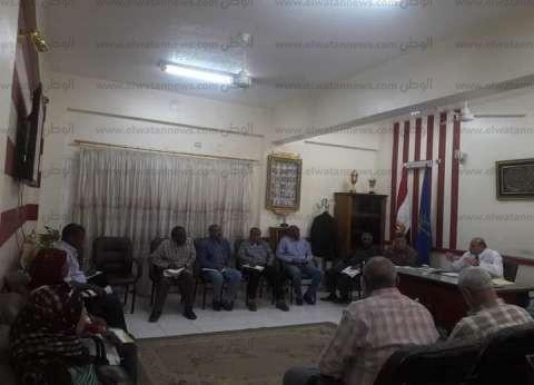 """وكيل """"تعليم أسوان"""" يجتمع بالإدارات المختلفة لتنفيذ تعليمات نائب الوزير"""