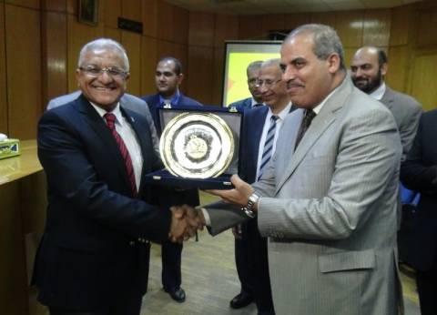 """رئيس """"المنيا"""" يهدي """"المحرصاوي"""" درع الجامعة تقديرا لجهوده"""