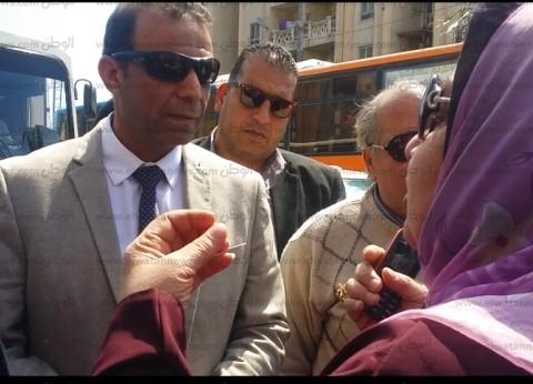 """سيدة بالعجمي تخصص """"لاب توب"""" لمساعدة المواطنيين بالاستفتاء  على الدستور"""