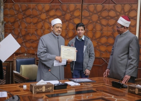 الإمام الأكبر يكرم طلاب الأزهر المشاركين بأعمال متميزة في معرض الكتاب